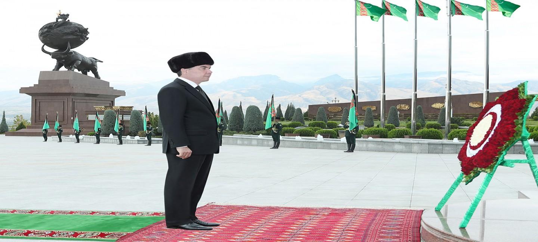 Президент Туркменистана возложил цветы к монументам Мемориального комплекса «Народная память»